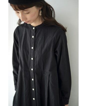 ボタンを閉めるとスッキリお嬢さん風なブラックのシャツワンピース。こちらも一枚あると便利なアイテムです。