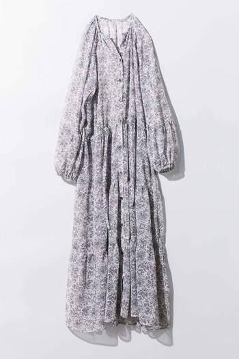 繊細な小花柄のシースルータイプのシャツワンピは、ウエストの絞りやバルーン袖など女性らしい細かいディテールが印象的な一枚です。