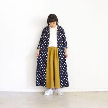 ドットの存在感が光るコットンレーヨン素材のシャツワンピ。前を開けて着るときはインナーに合わせる服の色を色々遊べちゃいます!
