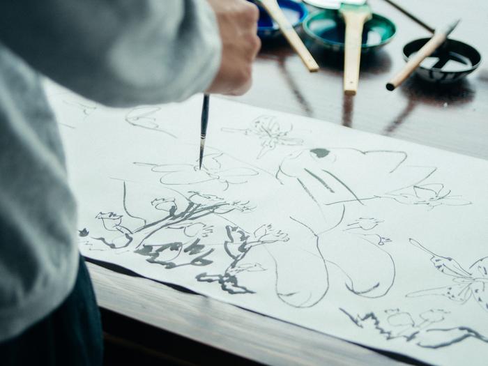筆を寝かせず、立てて描くのもきくちさんの特徴。奔放で、良い線が描けるのだとか