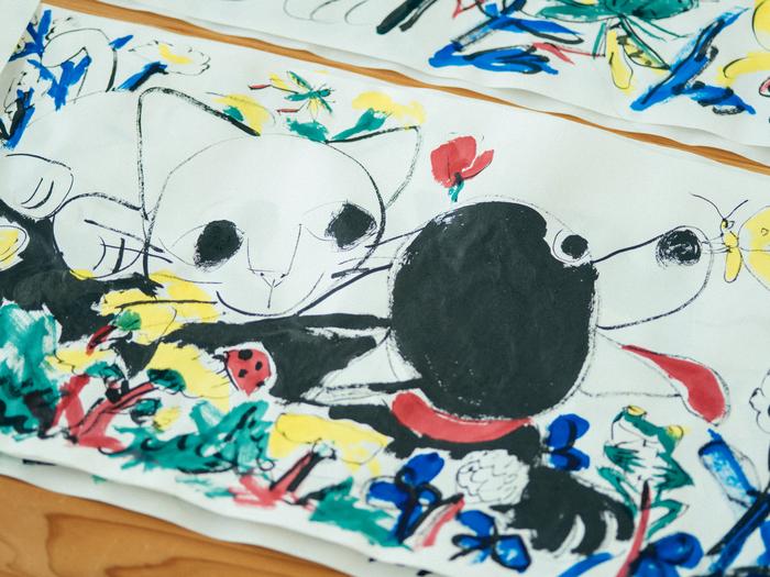 今年の9月に発売予定のきくちちきさんの2冊の新刊『しろとくろ』(講談社)と『くろ』(武蔵野市立吉祥寺美術館)。美術館からの提案で、2つの世界がリンクする絵本を作成することになった。主人公は、犬のくろと猫のしろ。ともだちができた喜びなど、息子さんがふだんから喜んでいることを、そのままの目線で描いている