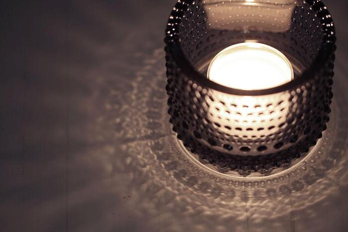 ろうそくの灯りが作る陰影が特に美しいイッタラのカステヘルミ。絶妙な密度のドットが高貴で、優雅な影を落としています。
