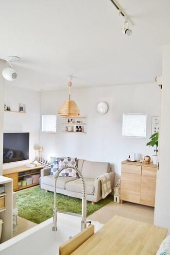白やグレーの壁紙はお部屋を明るく、広々と見せてくれます。お部屋で過ごすことが多い北欧では、お部屋の中が明るいというのはとても重要なことなのです。ナチュラルな木の質感にも白やグレーはよく似合います。