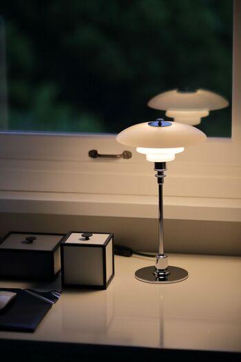 お部屋全体を明るく照らすよりも、間接照明を使ってスポットで照らす方が、お部屋はゆったりと広く見えます。子供部屋や作業部屋などは均一で明るい光が必要ですが、リビングや寝室などでは間接照明をうまく使って、やわらかな空間を演出してみましょう。