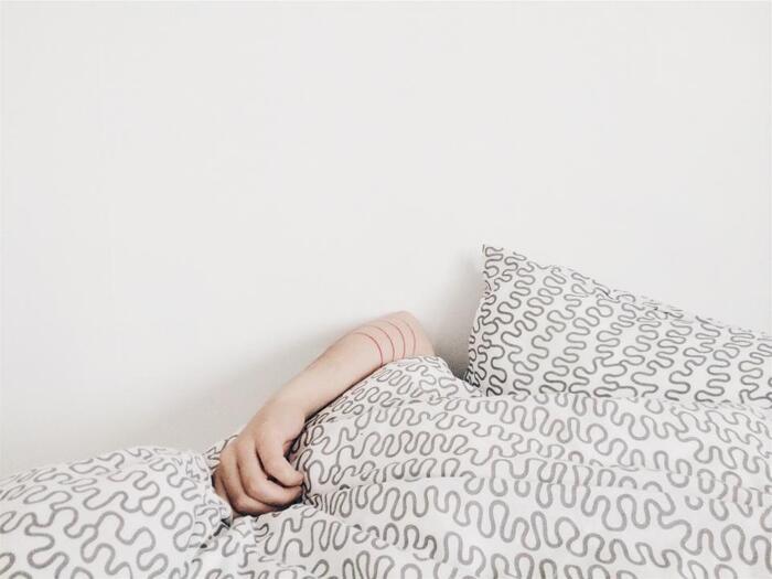 『昼寝』 お昼ごはんを食べたあとはどうしてもぼんやりとしてしまうもの。昼寝をプラスしてみることで、眠気がすっきりと。長時間ではなくて大丈夫、たった10分でも効果があるんだそう。脳が活性化するので、やる気や集中力を高めることができますよ。