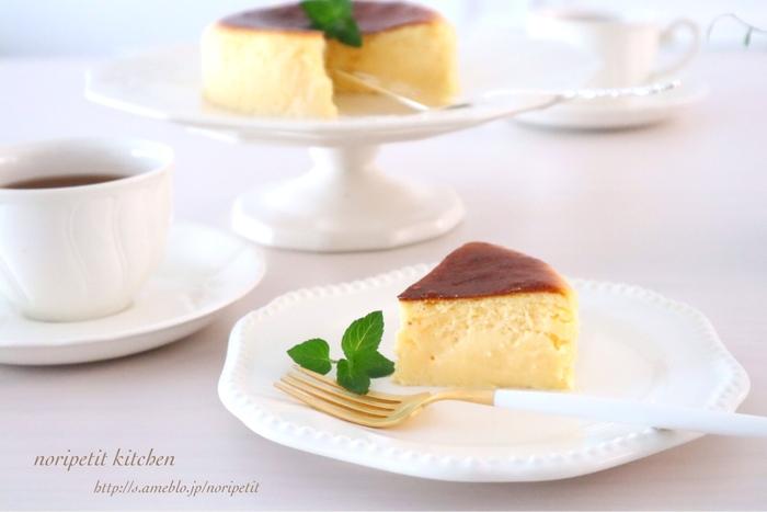ふわふわのチーズケーキは、口に入れるとあっという間にとろける美味しさ。メレンゲを泡立てるコツさえ掴めば、本格的なチーズケーキが出来上がります。冷蔵庫でよく冷やして食べるのがおすすめです。