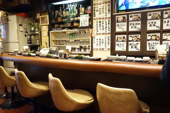 席は2人がけテーブルが2つと、カウンター席になっています。カウンターの中で、調理する姿を見ながら、ゆっくり過ごすのが至福の時!レトロな内装や、わかりやすいメニュー表記も好感度◎。