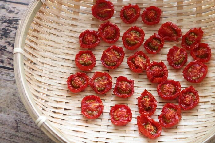 たっぷりのトマトもドライトマトにすれば、いつでもお料理に使えて長期保存もできて便利!しかもドライトマトにすれば、トマトのうま味も凝縮されて◎。週間天気予報をチェックして、4〜5日お天気が続くようでしたらぜひ。