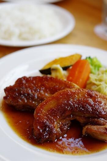 「ヨシダゴハン」は一流レストランで修行を積んだシェフによる、本格洋食が食べれる隠れた名店。どのメニューもハズレなし。画像は豚バラ肉のコンフィ。普段よりもちょっぴり贅沢な気分を味わいたい時におすすめです。