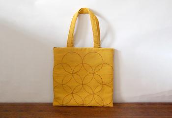 中綿入りでのしっかりしたバッグは芥子色に茶色の糸で飾りが施されていて、和の趣たっぷり。秋のお出かけバッグに良さそう。