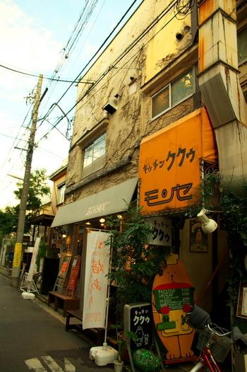 吉祥寺駅から歩いて約3分の場所、中町通りにある洋食店です。レトロな雰囲気のフォントの看板と、シェフの格好をしたクマちゃんが目印です。