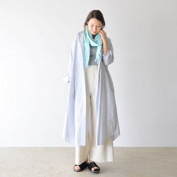 春にピクニックに出掛けるなら、汚れても漂白OKの白ワイドパンツが大活躍してくれます。ロング丈のシャツを羽織ってくるっとストールを巻けば、寒さ対策も日焼け対策もこれ一枚でOK。