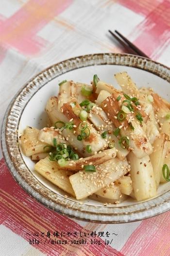 拍子木切りした長芋と冷蔵庫にいつもあるちくわを、粒マスタードの入ったタレで炒めたごはんがすすむ一品。焼いたホクッとした長芋の食感が美味しくてお弁当にもおすすめです。