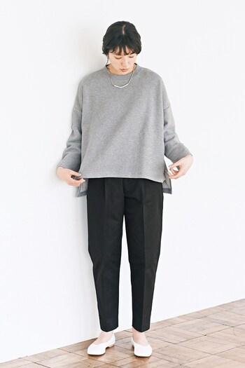 寒い時期にはブラウスやシャツにこだわらず、厚手のシンプルトップスを活用しましょう。ボトムスにセンタープレス入りのパンツを選べば、それだけできちんと見えが叶います。足元はパンプスで、きちんと感を演出♪