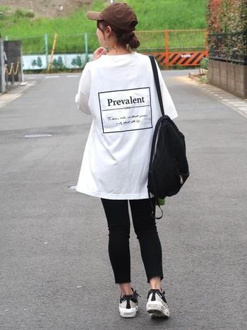 白Tシャツに黒のタイトなパンツを合わせた、シンプルなモノトーンコーデ。アクティブに動けるカジュアルな着こなしは、運動会のママコーデにもぴったりです♪