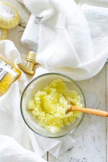 材料はレモンとグラニュー糖だけ。ゼスターを使っておろしたレモンの皮を、砂糖と一緒にフードプロセッサーで混ぜ合わせます。それを3時間ほど乾燥させれば完成です!