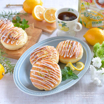 レモンピールを練り込んだ生地でレモンシュガーを巻き、さらにレモン汁の入ったアイシングをプラス。レモンを存分に堪能できる、暑い季節にぴったりのパンです。