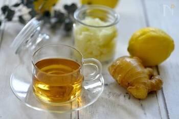 紅茶にレモンシュガーをちょい足しすれば、簡単&本格的なレモンティーに。さらにジンジャーパウダーをインして、身体あたたまるジンジャーレモンティーが!