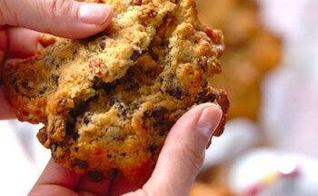 アメリカのドラマに出てくるような大きなクッキーも、スプーンですくって作るドロップクッキーなら簡単に再現できます!レーズン、シリアル、チョコチップが入って、ボリュームも満点です。