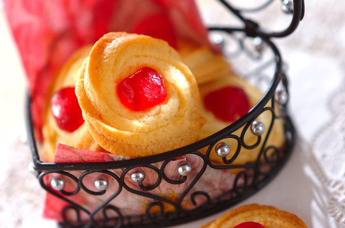 星形の口金を使って絞り出したフラワークッキー。真っ赤なドレンチェリーにどこかレトロな印象を抱いてしまいます。いただきもののクッキー缶に入っていた思い出のクッキーです。