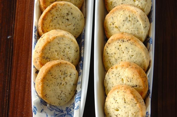 アイスボックスクッキーなら棒状の生地のまま、冷凍保存することもできます。成形するときに、短めの棒状の生地をいくつか作っておいて、食べたいときに解凍、カットして焼き上げるのもおすすめです。
