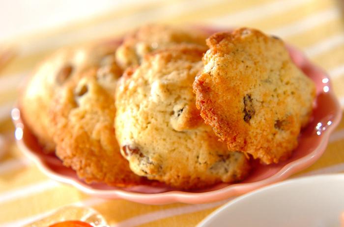 こちらのラムレーズンクッキーは、ショートニングを使っているので、サクサクと軽い食感のクッキーに仕上がっています。ほかのドロップクッキーよりも、心持ち薄めに作るようにすると食感を生かすことができます。