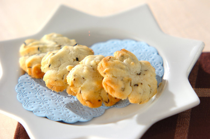 生クリームをくわえてコクを出した紅茶のクッキーをお花のかたちに絞り出して。焼き上げる直前に岩塩をちょっぴり振りかけるのが美味しさのポイントです。