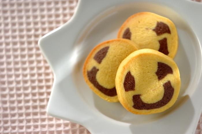 カボチャ生地とココア生地の二種類で作ったニコちゃんクッキーです。ユーモラスな表情には、思わずこちらも嬉しくなって微笑んでしまいますね。お口のカーブは思い切ってつけるとはっきりとしたお顔になります。