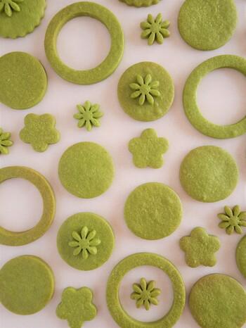 薄力粉に抹茶を混ぜて、淡いグリーンにした抹茶のクッキー。抜き型次第で、和風にも洋風にもアレンジできます。日本茶のお茶請けにも合うクッキーですね。
