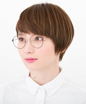 知的に見える細いフレームの眼鏡はマッシュな毛流れのショートで、知的だけど親しみのある雰囲気に。襟足がスッと下りているのも素敵ポイント。