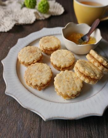 固めに仕上げたニンジンとメープルのクッキーにマーマレードジャムをアレンジしています。ジャムを入れたら、あまり時間をおかずに食べるとサクサクとしたクッキーの食感を存分に楽しめます。