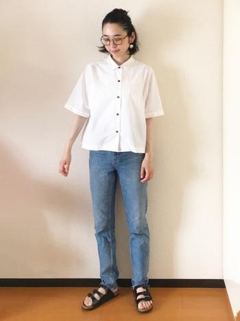 大きめフレームの個性派眼鏡にはシンプルな真っ白のシャツとデニムでスッキリと。ヘアも前髪もアップにして爽やかスタイルに!