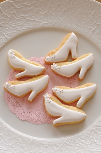 靴の先端に飾ったお花のかたちをクッキーとは別に作っておく手順のご紹介です。これを覚えておくと、いろいろな模様に応用できそうです。