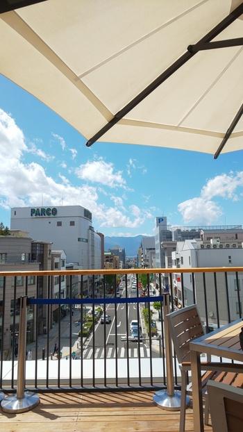 天気がよい日はテラス席から北アルプスも見えますよ。ビールのお供に松本一本ねぎを使った餃子もおススメ。爽やかな口当たりのビールをぜひ、味わってみてください。中町通りにもお店があります。
