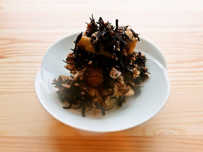 梅肉でひじきに酸味のアクセント。かつおぶしのうまみもきいているので、とてもバランスのいい味です。作り置きもできるうれしい副菜。多めに作って冷凍もできます。