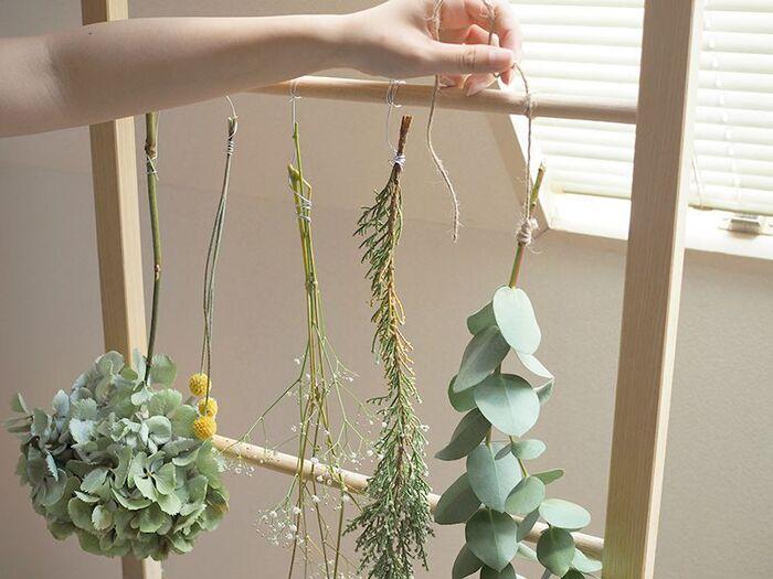 風通しがよく、湿気の少ない場所に吊るして2〜3週間そのままで待ちます。花瓶に挿しておくよりも吊るす方が、お花やグリーンが萎れず生き生きした状態になります。