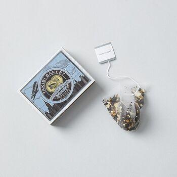 """まるで世界中を旅して回ったかのような可愛いパッケージが印象的な、""""旅する紅茶""""シリーズ。マッチ箱には、それぞれの紅茶の生産国の柄が描かれています。"""