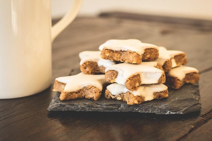 焼きあがったクッキーにアイシングをかけて、特別仕様にしたり、お皿に大切に並べたり。そうやって作ったクッキーはお店のものとはまた違った美味しさに満ちています。