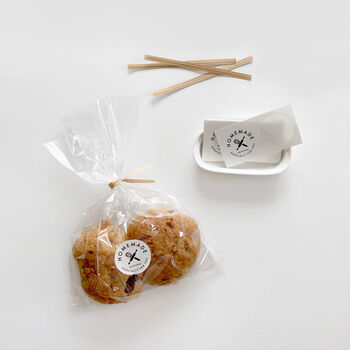 透明の袋にハンドメイドのシールを貼ると、一気に雰囲気が良くなりますね。簡単なラッピングなのに、手が込んでいるように見えます。