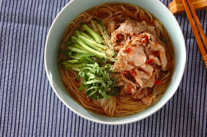 続いてのレシピは、梅の豚しゃぶ素麺。こちらも湯がいた豚肉を使います。豚肉にプラスするのは、同じく疲労回復効果のある梅干し。梅干しには、あの酸っぱさの元となるクエン酸が豊富に含まれていて、疲労物質・乳酸を分解する働きがあります。さらに、夏野菜のキュウリは体温を下げるといわれているので、まさに夏にぴったりな組み合わせですね。