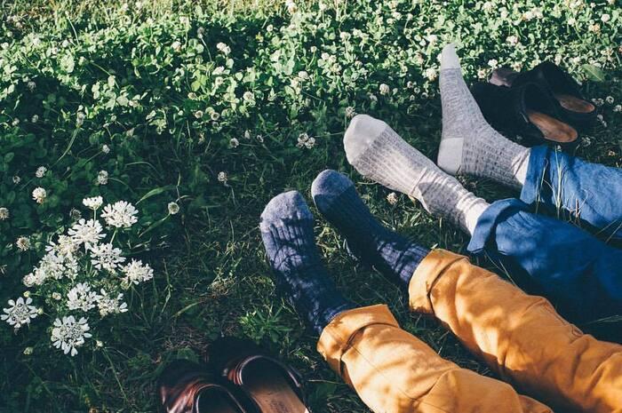 夜寝るとき、冬は靴下を履いているけれど、夏にも履いている…という人はあまりいないですよね。でも、靴下を就寝時に着用することで、一年を通して冷え性やむくみを軽減することができますよ♪「寝るとき靴下」がよい理由、そして上手な重ね履きの方法をご紹介します。