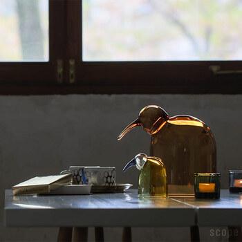 イッタラのガラスの鳥さんは中がドームになっているので、オブジェとして使うほか、お菓子やインテリア小物を中に入れておくこともできるんです!オイバ・トイッカデザインの鳥はどこからも見ても完璧のフォルムを誇ります。