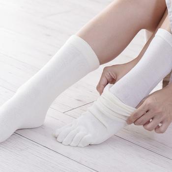 シルクの上に綿やウールなどの天然素材の靴下を重ね履きするのが、冷えとりの基本。シルク→天然素材(綿・ウール)→シルク→天然素材(綿・ウール)と交互に履いていきましょう。