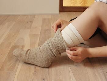 あまりきつい靴下を履いてしまうと、血行が悪くなってしまい逆効果…。寝るときには「ちょっとゆるすぎるかな?」というくらいの締め付けすぎないサイズの靴下を。