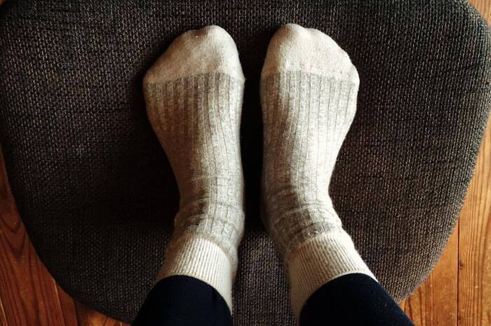 せっかくお風呂であたたまっても、まだ身体が暑いからといって素足でいると、どんどん足先は冷えてきてしまいます。靴下はなるべくポカポカのうちに履くようにしましょう。そのとき、足に水分がついたままだと冷えの原因に。きちんと足を拭いてから靴下を履いてくださいね。