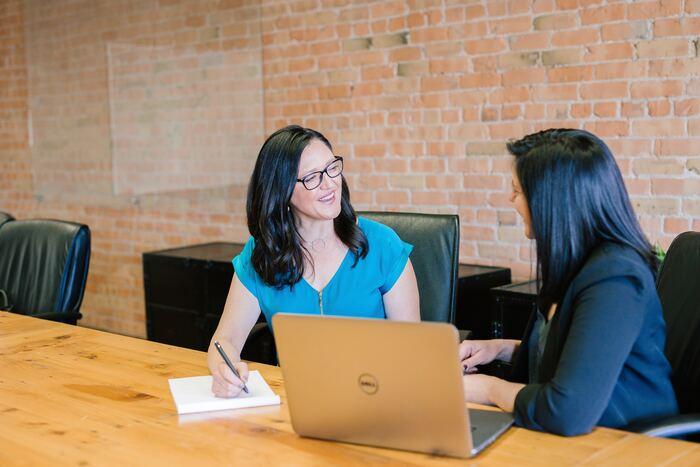 信用できる人を見極める必要はありますが、キャリアエージェントのアドバイザーから良い求人や転職のアドバイスがもらえることも。