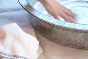 靴下は「手洗い」が基本。25~30℃程度の水で中性洗剤(おしゃれ着用洗剤)を入れて、ゆっくりと押し洗い。同じ要領で2~3回ほど水ですすぎ、タオルに挟んで脱水します。