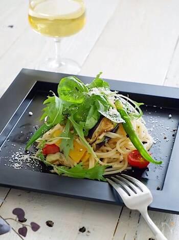 夏は野菜をメインにしたヘルシーな冷製パスタもおすすめです。こちらはトマト・パプリカ・茄子など、彩の綺麗な夏野菜をメインにしたおしゃれな冷製パスタ。白ワインやスパークリングワインとの相性も抜群です。
