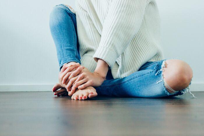 夏場には欠かせない冷房ですが、ひんやりとしたお部屋に長時間いると血管が収縮してしまい、血の巡りが悪くなります。その結果、身体のすみずみにまで血液が流れにくくなって、臓器から一番遠い足先は冷えてしまうんです。