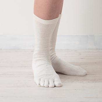 冷え対策には、指を1本1本包み込んでくれる5本指靴下が最適。夏場は足にも汗をかいてしまうため、汗を外に排出する素材選びが大切!優れた吸水性と速乾性のある「シルク」素材がおすすめです。